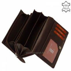 Brifkó fazonú, gyönyörű mintás felületű, női bőr pénztárca barna színben. Hozzá illő stílusos díszdobozban érkezik megrendelőinkhez.