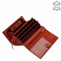 Egyedi díszdobozba csomagolt női nagy méretű bőr pénztárca modellünk, melynek piros színű külseje virág mintás nyomattal készült.