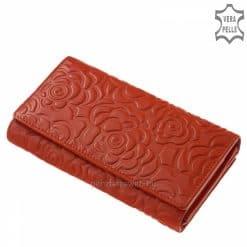 Brifkó fazonú, gyönyörű mintás felületű, női bőr pénztárca piros színben. Hozzá illő stílusos díszdobozban érkezik megrendelőinkhez.
