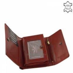 Első osztályú, klasszikus diszkréten fénylő bőrből gyártott, elegánsnői bőr pénztárca piros színben, márkanévvel a pénztárca fedelén.