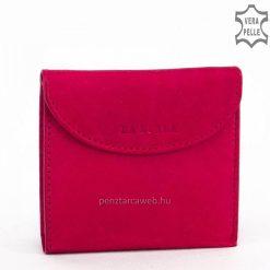 Egyedi márkajelzésű, kisméretű és rendkívül praktikus puha bőr női pénztárca divatos pink színben. Íves fedele patenttal zárható.