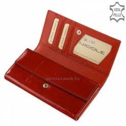 A divatos megjelenésű, keretes női bőr pénztárca piros színben ragyogó fedelén kiemelkedő fém NICOLE márkejelzéssel. Díszdobozos modell!