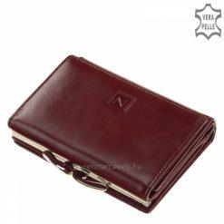 Helytakarékos, minőségi tervezésű, bordó női bőr pénztárca az elegáns Nicole márkanévvel a fedelén, melyet patenttal tudunk zárni.