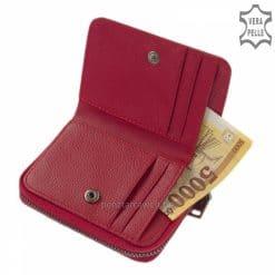 Praktikus kialakítású, kis méretű igazán egyedi és divatos megjelenésű női bőr pénztárca valódi bőrből piros színben. Díszdobozban küldjük!