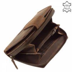 A praktikus kisméretű női pénztárca tartós minőségi bőr felhasználásával, igényes munkával elkészítve, kellemes barna színben.