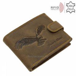 Minőségi bőr felhasználásával gyártott barna GreenDeed márkájú férfi pénztárca, melynek felületén egy repülő sas mintás motívum látható.