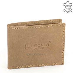 LA SCALA márkajelzésű, egyedileg tervezett logóval díszített kis méretű férfi bőr pénztárca valódi, minőségi bőrből világosbarna színben.