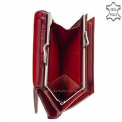 Csodálatos piros színben készített, kis méretű, croco mintás női pénztárca modell fém logós fedéllel, minden női táskában kényelmesen elfér.