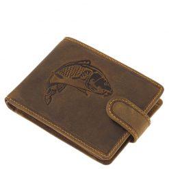 GREEN DEED horgász bőr pénztárca minőségi barna színű marha bőrből készítve, fedelén egy mívesen kidolgozott pikkelyes ponty képe látható.