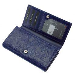 Egyedi és egyben divatos puha tapintású, valódi marha bőrből készített női pénztárca kék színben, külső felületén inda-, és virágmintázatal