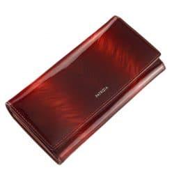 Az aktuális divat követőinek ajánljuk ezt a piros színű, minőségi PATRIZIA márkás női pénztárca modellt. Díszdobozos kivitelben készült tárca.